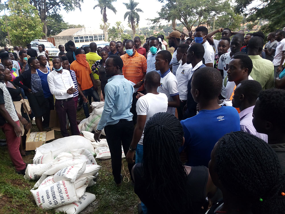 Balamu together with UNSA team donating relief food to the Kyambogo students who remained in hostels after public means of transport were banned by the president of Uganda.
